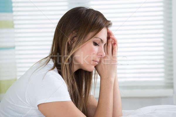 Stok fotoğraf: Mutsuz · kadın · oturma · yatak · portre · genç · kadın