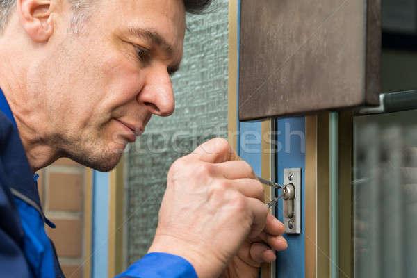 Mężczyzna drzwi uchwyt domu dojrzały Zdjęcia stock © AndreyPopov