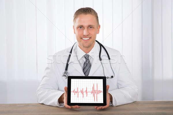 Férfi orvos mutat szívdobbanás digitális tabletta közelkép Stock fotó © AndreyPopov