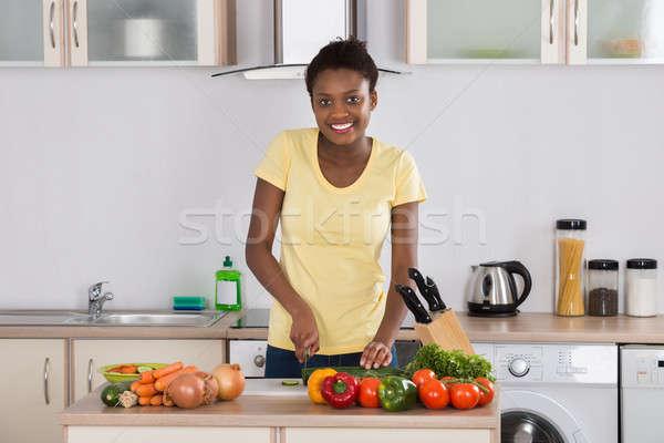 Feliz mujer hortalizas jóvenes tabla de cortar Foto stock © AndreyPopov
