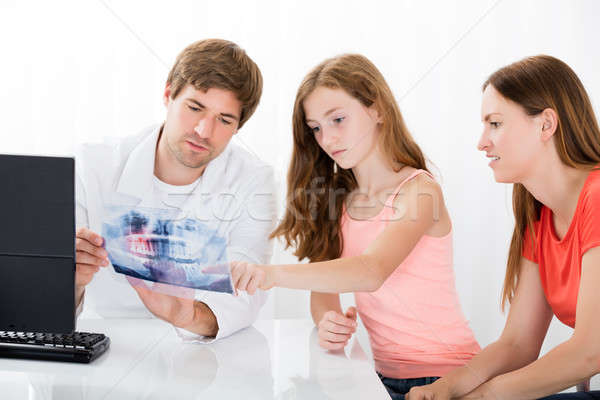 Stock fotó: Orvos · mutat · fogak · röntgen · anya · lánygyermek