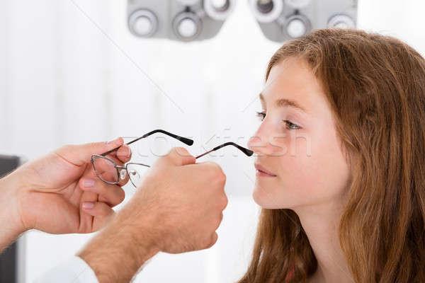 Opticien helpen meisje nieuwe bril Stockfoto © AndreyPopov