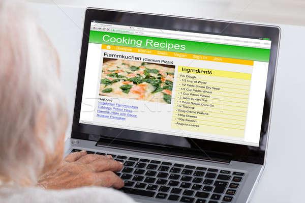 Altos mujer aprendizaje receta portátil primer plano Foto stock © AndreyPopov