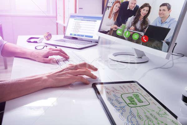 Empresario vídeo socios ordenador mano lugar de trabajo Foto stock © AndreyPopov