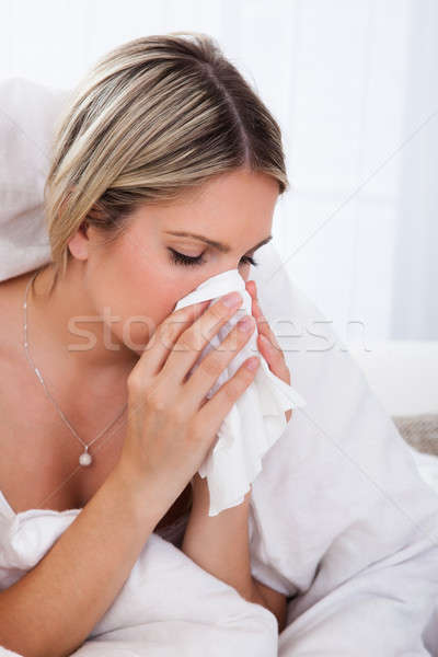 Ziek vrouw blazen neus geïnfecteerde weefsel papier Stockfoto © AndreyPopov