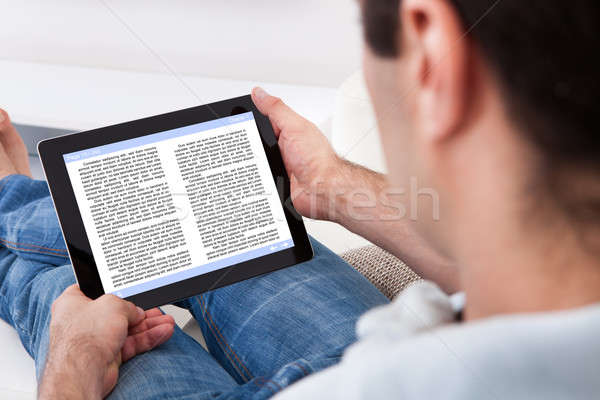 Férfi tart érintőképernyő berendezés mutat ekönyv Stock fotó © AndreyPopov
