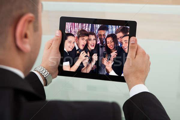 Zakenman luisteren karaoke digitale tablet afbeelding Stockfoto © AndreyPopov