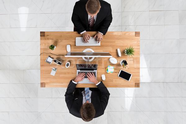 Empresários usando laptop computador secretária escritório diretamente Foto stock © AndreyPopov