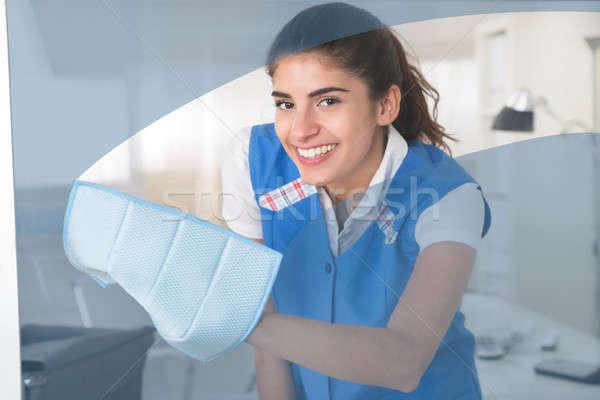 Heureux Homme travailleur nettoyage verre fenêtre Photo stock © AndreyPopov