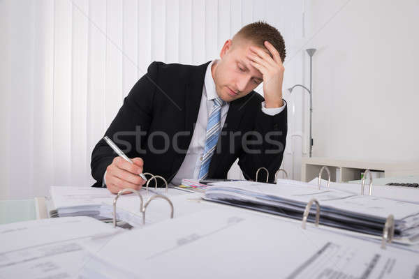 Biznesmen posiedzenia biuro młodych pracy Zdjęcia stock © AndreyPopov