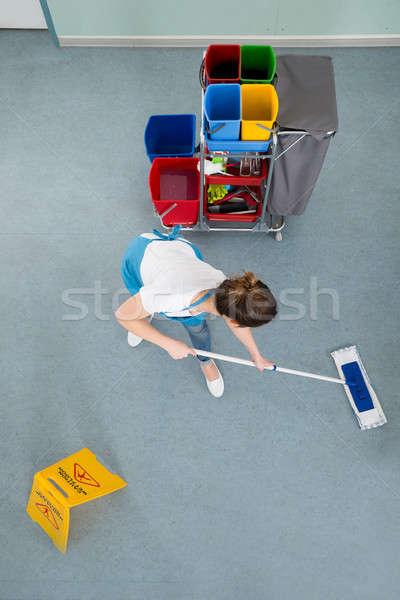 Stockfoto: Vrouwelijke · vloer · voorzichtigheid · teken · vrouw