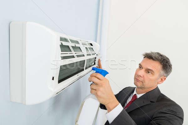 Empresário limpeza ar condicionado escritório maduro negócio Foto stock © AndreyPopov