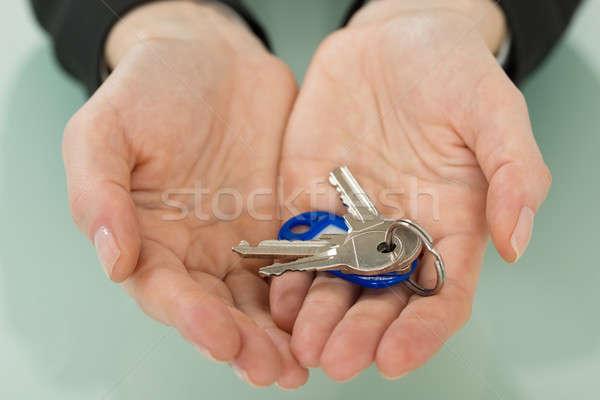 Zakenvrouw hand sleutel huis Stockfoto © AndreyPopov