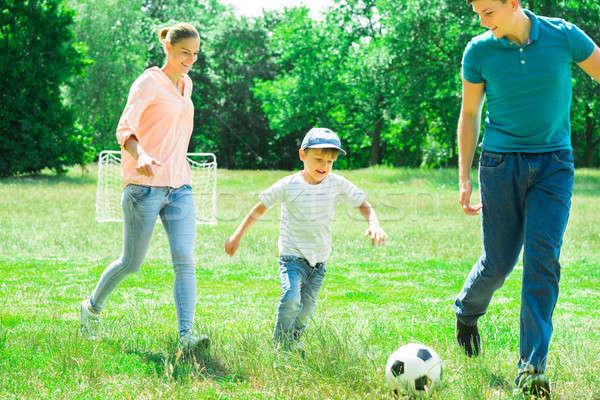 семьи играет футбольным мячом счастливая семья парка человека Сток-фото © AndreyPopov
