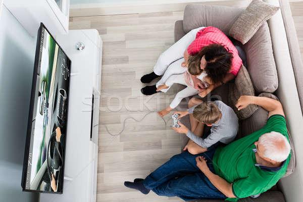 Többgenerációs család élvezi játszik videojáték együtt gyerekek játszanak Stock fotó © AndreyPopov