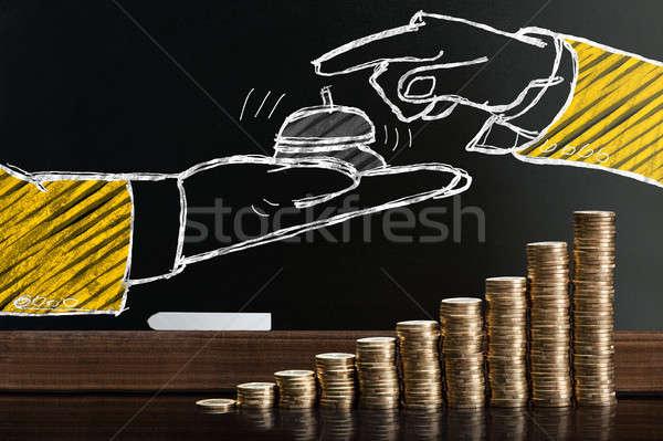 Vendégszeretet szolgáltatás iskolatábla mögött egymásra pakolva érmék Stock fotó © AndreyPopov