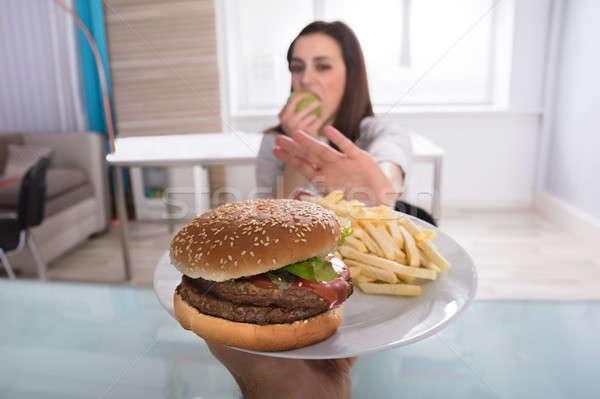Kadın sağlıksız gıda yeme meyve genç kadın Burger Stok fotoğraf © AndreyPopov