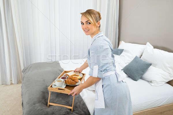 Foto stock: Empregada · café · da · manhã · quarto · de · hotel · jovem · bandeja · mulher