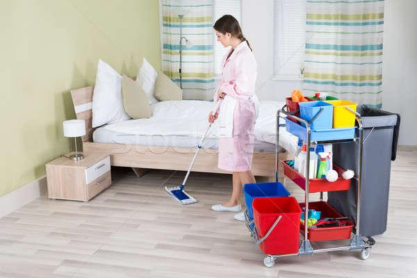 Vrouwelijke huishoudster vloer jonge kamer vrouw Stockfoto © AndreyPopov