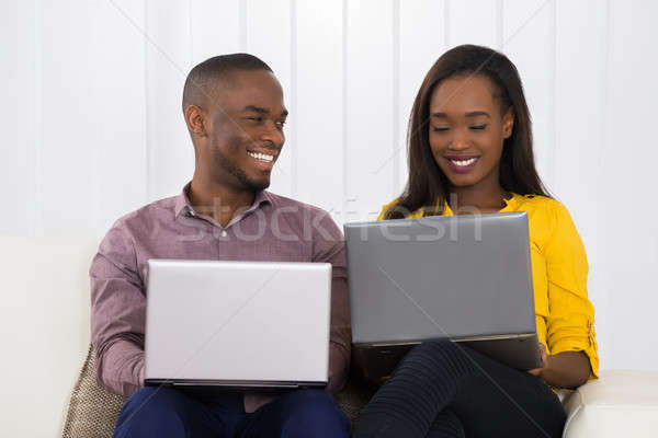 Zdjęcia stock: Szczęśliwy · para · laptopy · posiedzenia · sofa