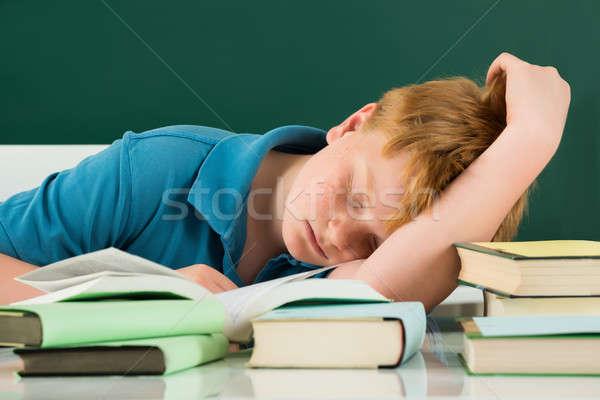 Сток-фото: мальчика · спальный · классе · книгах · столе · книга