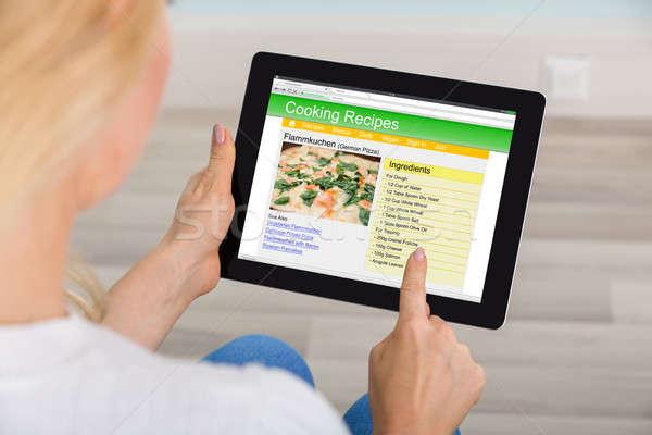 Mulher digital comprimido aprendizagem receita Foto stock © AndreyPopov