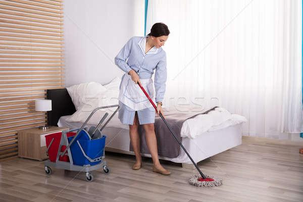Huishoudster schoonmaken vloer slaapkamer jonge vrouwelijke Stockfoto © AndreyPopov