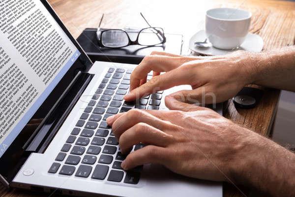 Stok fotoğraf: Kişi · yazarak · dizüstü · bilgisayar · el