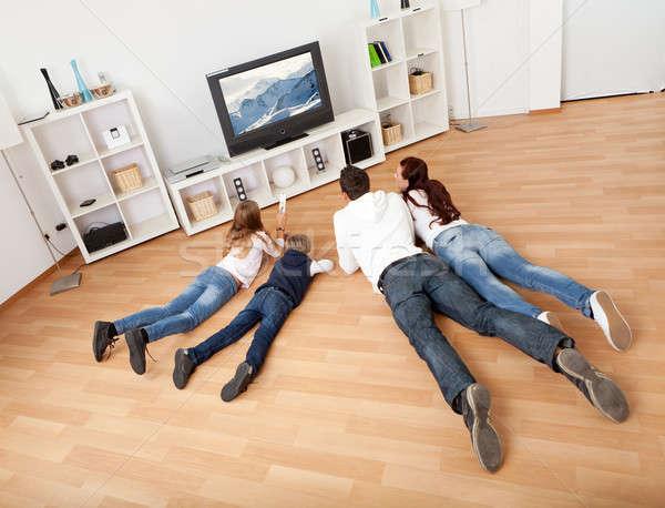 Photo stock: Jeunes · famille · regarder · tv · maison · ensemble
