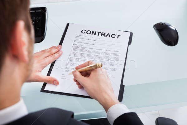 Empresario firma contrato papel imagen Foto stock © AndreyPopov