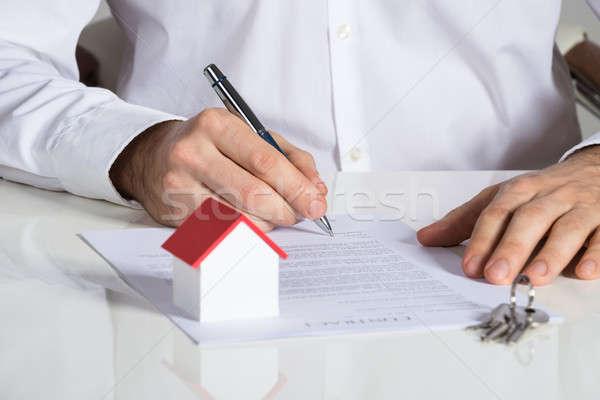 Geschäftsmann Unterzeichnung Haus Vertrag Büro Stock foto © AndreyPopov
