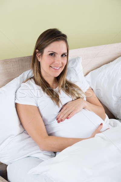 Foto stock: Mulher · grávida · sessão · cama · foto · feliz · quarto