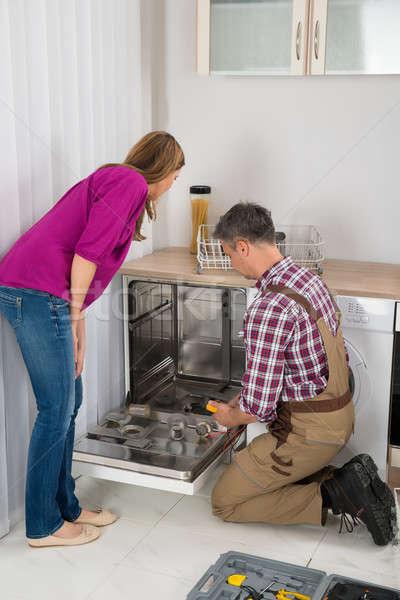 Bulaşık makinesi dijital kadın bakıyor erkek Stok fotoğraf © AndreyPopov