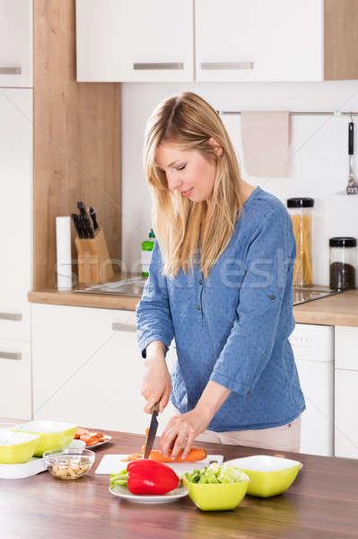 Mujer vegetales tabla de cortar cocina Foto stock © AndreyPopov