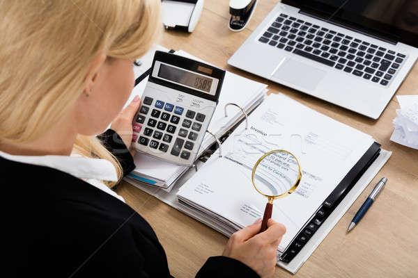 Femme d'affaires facture simulateur auditeur loupe impôt Photo stock © AndreyPopov