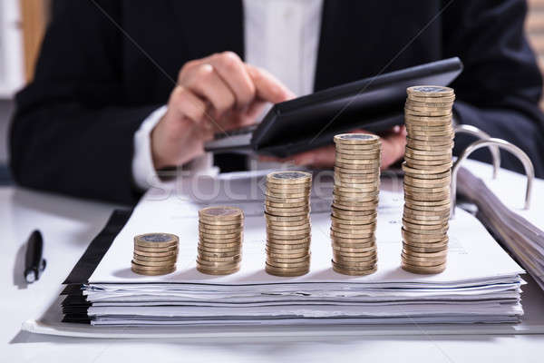 Zakenvrouw factuur munten geld Stockfoto © AndreyPopov