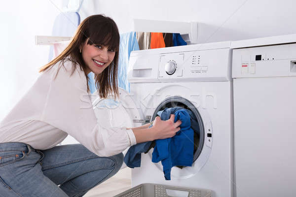 Vrouw vuile doek wasmachine jonge vrouw wasserij Stockfoto © AndreyPopov