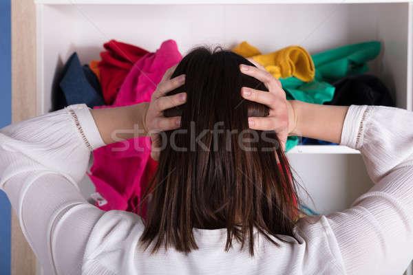 Mulher jovem mão cabeça pano prateleira Foto stock © AndreyPopov