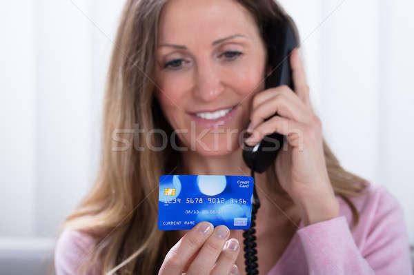 Mujer tarjeta de crédito hablar teléfono primer plano Foto stock © AndreyPopov