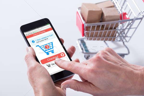 Személy online vásárlás alkalmazás mobiltelefon közelkép kosár Stock fotó © AndreyPopov
