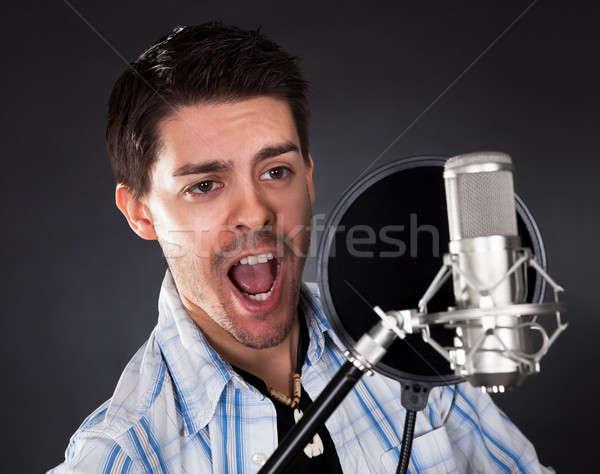 Jeunes chanteur micro portrait jeune homme chanter Photo stock © AndreyPopov