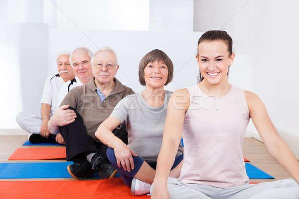 Entraîneur supérieurs clientèle séance yoga classe Photo stock © AndreyPopov