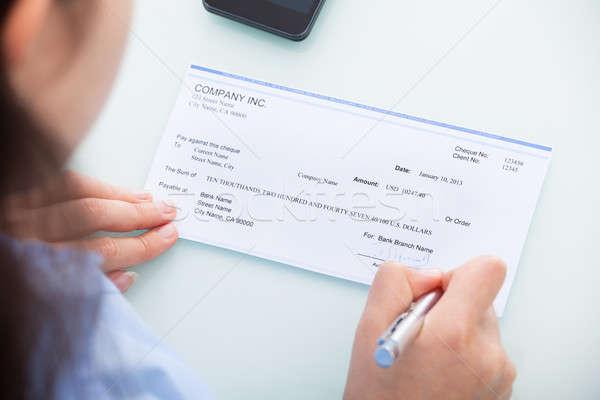 Femme d'affaires signature chèque remplissage bureau Photo stock © AndreyPopov