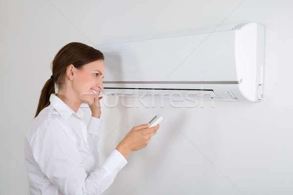Empresária ar condicionado feliz branco parede escritório Foto stock © AndreyPopov