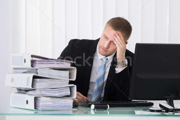 Deprimido empresario foto jóvenes sesión oficina Foto stock © AndreyPopov