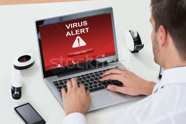 Stockfoto: Zakenman · met · behulp · van · laptop · virus · alarm · scherm
