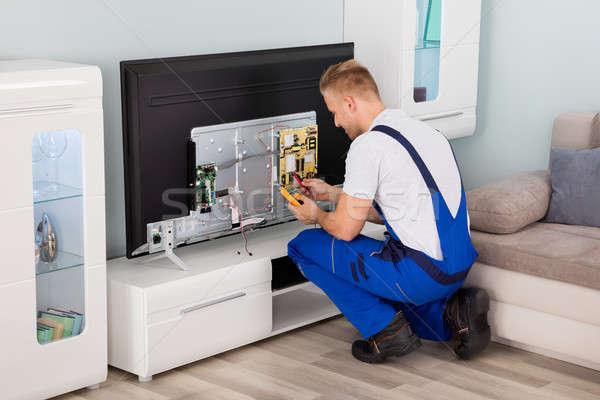 Electricista televisión jóvenes masculina casa Foto stock © AndreyPopov