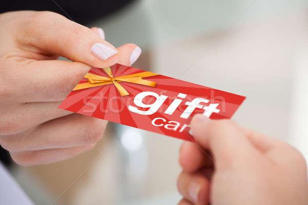 Person Hand Geschenkkarte ein anderer Warenkorb Stock foto © AndreyPopov
