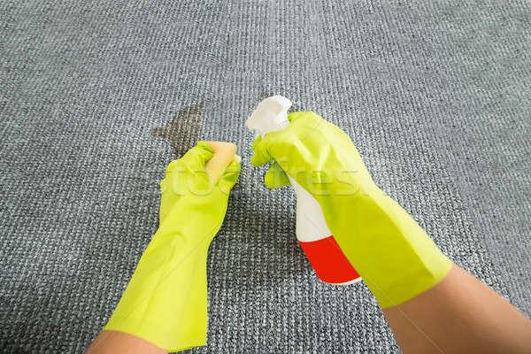 Stockfoto: Persoon · schoonmaken · tapijt · wasmiddel · spons · hand