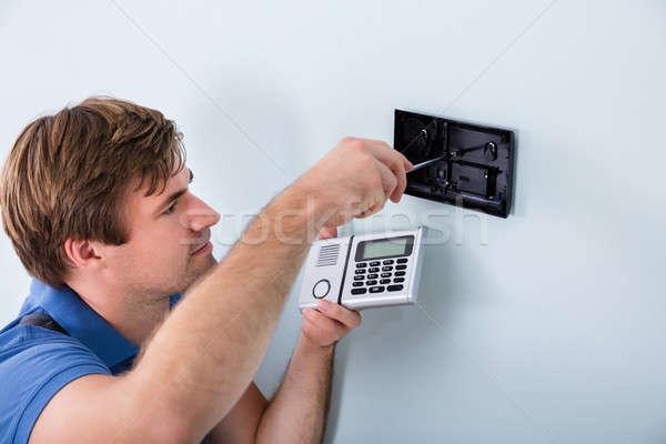 Technicus veiligheid schroevendraaier jonge mannelijke Stockfoto © AndreyPopov